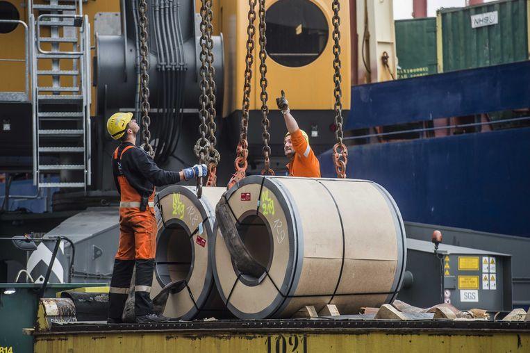 Arbeiders aan het werk in de haven van Antwerpen. Beeld ANP