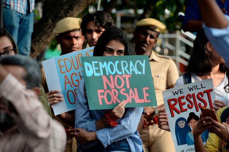 Studenten negeren in Chennai een samenscholingsverbod dat door de politie was ingesteld om de betogingen onmogelijk te maken.  Beeld AFP
