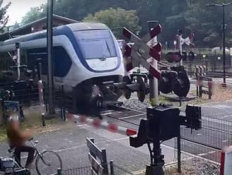 Onthutsende beelden tonen hoe voetgangster nét niet geschept wordt door aanstormende trein in Nederland