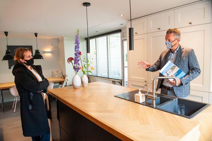Makelaar Kasper Vermeulen met een geïnteresseerde koper in een huis aan de Korte Nieuwstraat in Rosmalen.