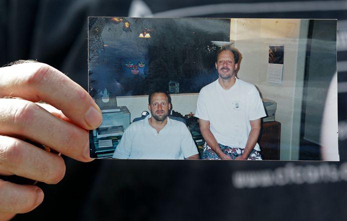 Erick Paddock toont een foto van zichzelf en zijn broer Stephen (rechts).