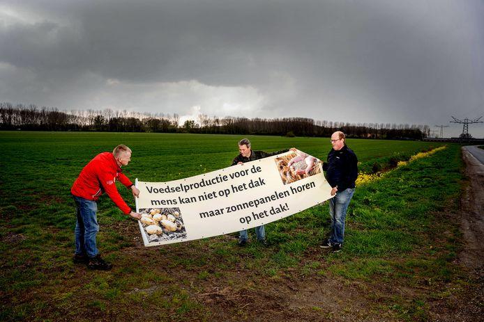 Op het veld achter het spandoek zou Oude Weide komen. Op de foto vlnr omwonenden en tegenstanders Dick van Westreenen, Arno de Beijer en Joost Litjens.