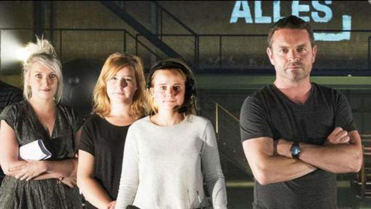 Topproducer Ellen Vanhove met Dana en Minke en presentator Adriaen Van den Hoof. Beeld VRT