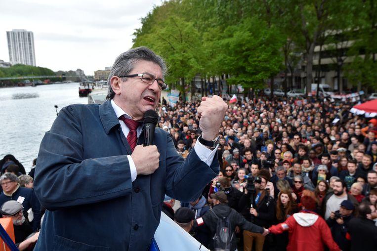 Jean-Luc Mélenchon op campagne in Parijs; hij haalde de mosterd bij Bernie Sanders. Beeld REUTERS