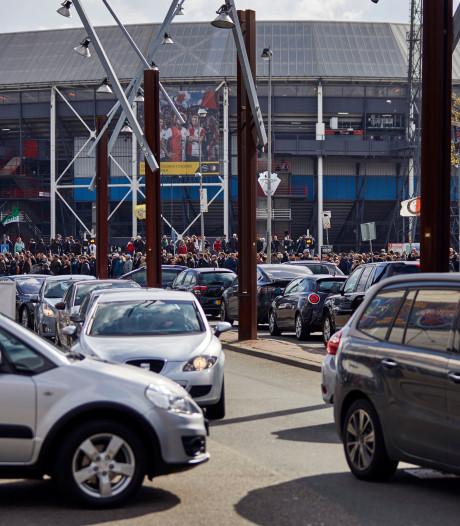 Feyenoordsupporters pakken massaal de auto: 'Ze staan het liefst op de middenstip'