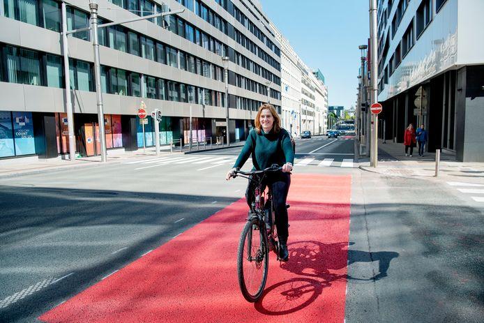 Elke Van den Brandt à vélo sur la rue de la Loi à Bruxelles.
