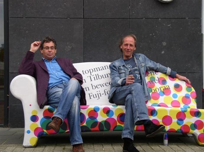 Rob met coordinator stad Ruud Erich op een Tilburgs 'bengske' voor het kantoor van BD.\nFoto Emmanuel Naaijkens