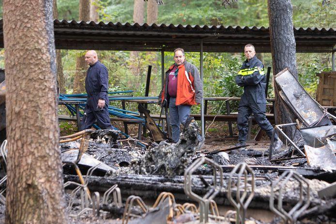 De recherche onderzoekt de brand bij scouting Merhula, in gezelschap van gebouwbeheerder Sander Koop (midden).
