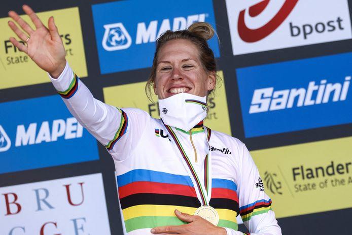 Ellen van Dijk viert haar wereldtitel.
