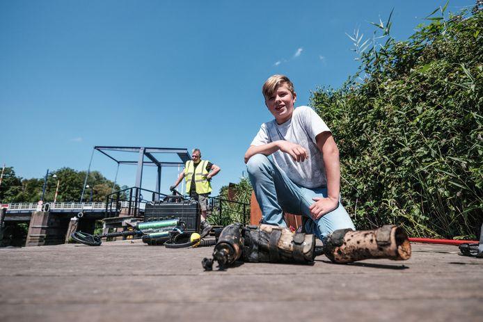 Ronan bij de gevonden prothese, die hij uit de Oude IJssel viste.