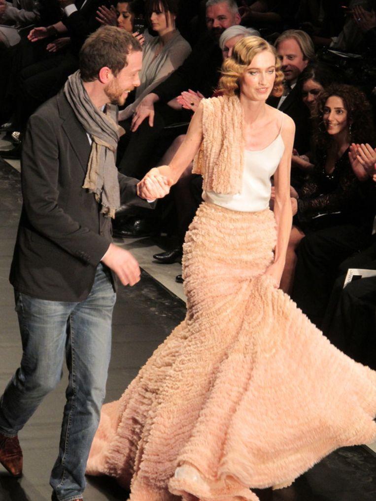 Ontwerper Jan Taminiau met zijn bruid uit de eerste (demi-couture) show. <br /><br /> Beeld null