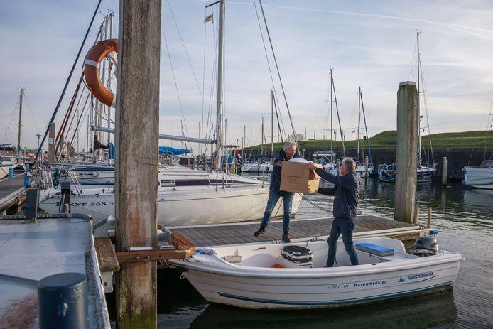 De jachthaven van Willemstad gaat in een winterslaap. Havenmeesters Daan Joosten en John van der List voeren er nog wat onderhoudswerk uit.
