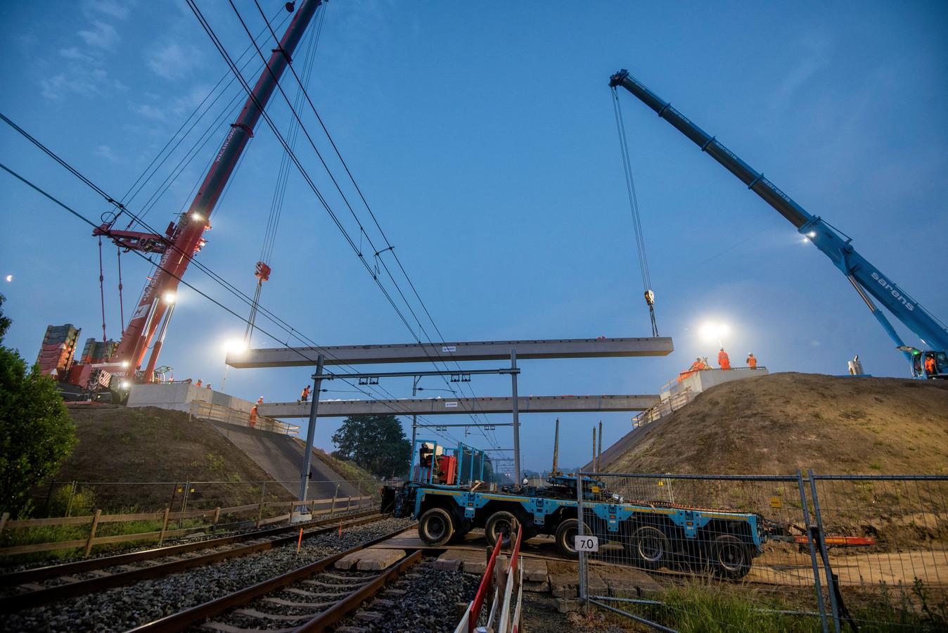Het inhangen van het spoorviaduct over de Eerste Weteringsewal bij Elst.