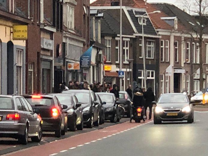 Rij voor de coffeeshop in Deventer.