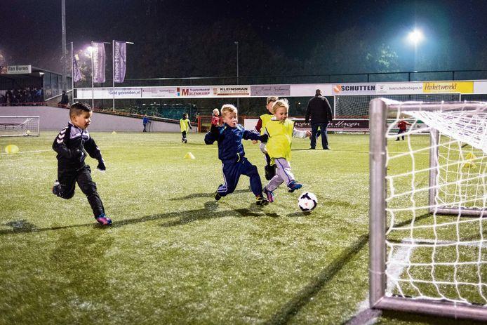 Kleinere veldjes, kleinere doeltjes, kleinere aantallen: de KNVB is de laatste jaren met een revolutie bezig in het pupillenvoetbal.