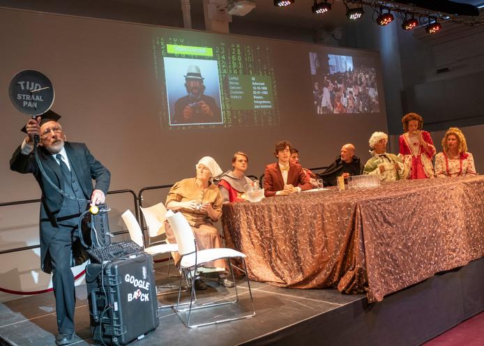 Professor Historieklusjes (l) heeft met zijn tijdmachine gasten naar Zierikzee gehaald voor de RTL Keet Night Show.