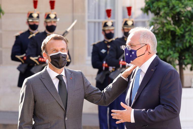 De Franse president Emmanuel Macron verwelkomde de Australische premier Scott Morrison afgelopen zomer nog hartelijk in Parijs. Beeld REUTERS