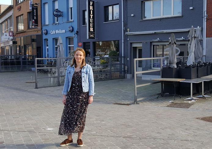 Schepen van Lokale Economie Ellen Brits (Open Vld) in het centrum van Niel.