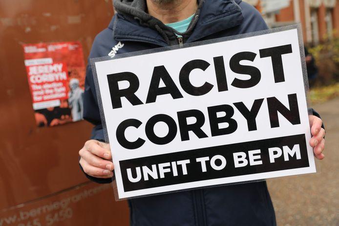 Anti-Labour-activisten voeren dezer dagen campagne tegen Corbyn en diens aanpak van het antisemitisme in de partij.