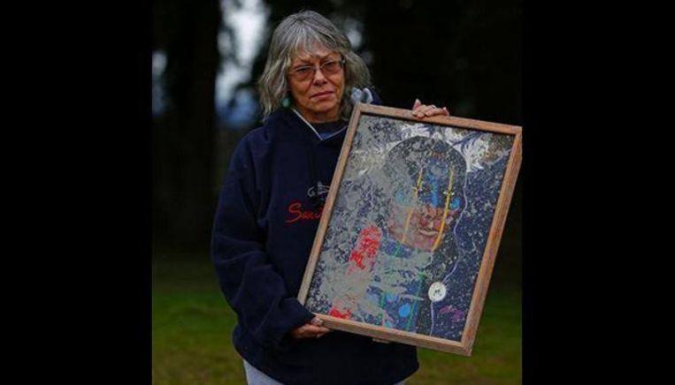 Sjamaanlerares Robin Youngblood met het enige dat ze nog heeft: een schilderij van een 'night warrior'. Beeld Facebook