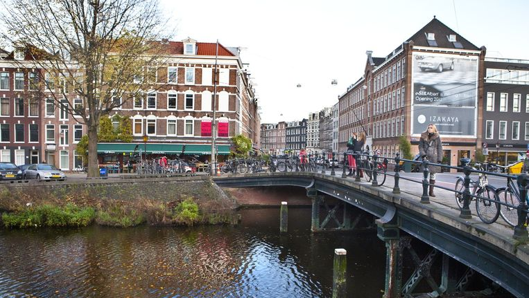 De brug bij de Albert Cuypstraat en de Ruysdaelkade. Onder het water van de Boerenwetering moet een parkeergarage komen. Beeld Floris Lok
