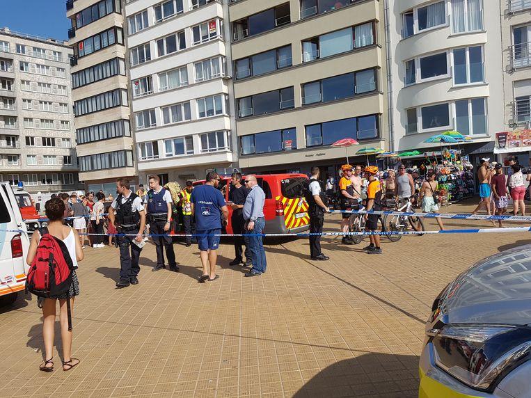 Politie, brandweer en strandredders coördineren de zoekactie via een commandopost op de zeedijk.