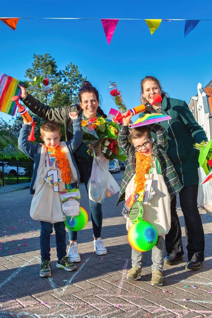 Mats (links, 5) en Willem (rechts, 5) hebben samen met hun moeders een eigen avondvierdaagse gelopen in Fijnaart. Op vrijdag werden ze feestelijk binnengehaald in hun eigen straat, waar ze beladen met snoep en andere kado's over de finish kwamen.