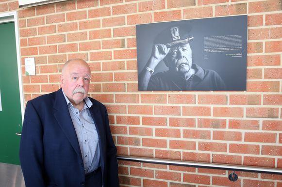 Anton Cogen bij zijn portret aan de muur van revalidatieziekenhuis Inkendaal in Vlezenbeek.