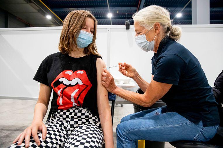 Eenderde van de Nederlandse jongeren wacht met het maken van een vaccinatieafspraak tot er meer bekend is over bijwerkingen. Beeld Getty Images
