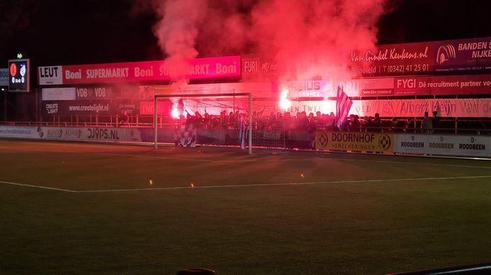 Sliedrecht-supporters zorgen voor sfeer tijdens het bekerduel bij Sparta Nijkerk.
