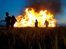 Buurse zet paasvuur-traditie ondanks kritiek voort: 'Het is een opgeblazen verhaal'