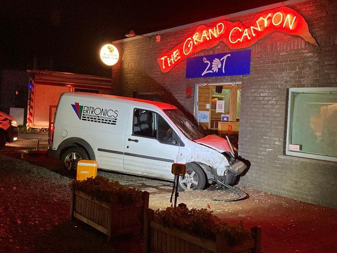 De wagen belandde in de voorgevel van café The Grand Canyon.