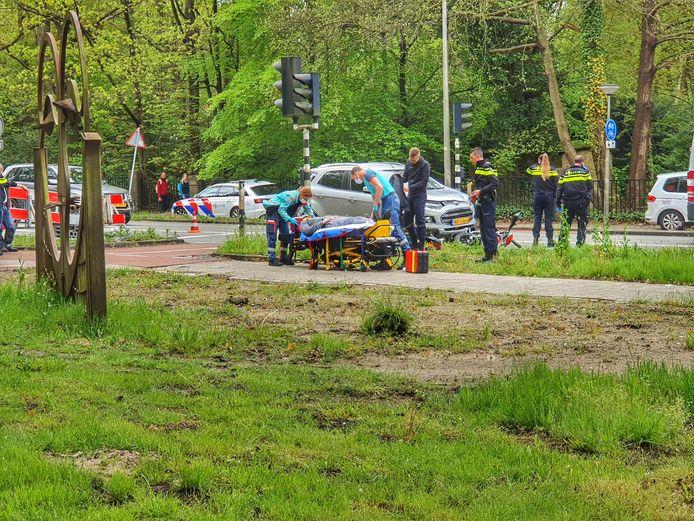 De bestuurder van de crossbrommer moest naar het ziekenhuis worden vervoerd.
