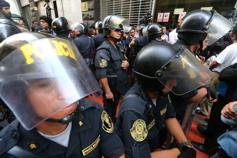 In Lima, Peru is er politiebewaking nodig als bewindsvoerders uitleg verschaffen bij de corruptiezaak rond Odebrecht. Beeld REUTERS