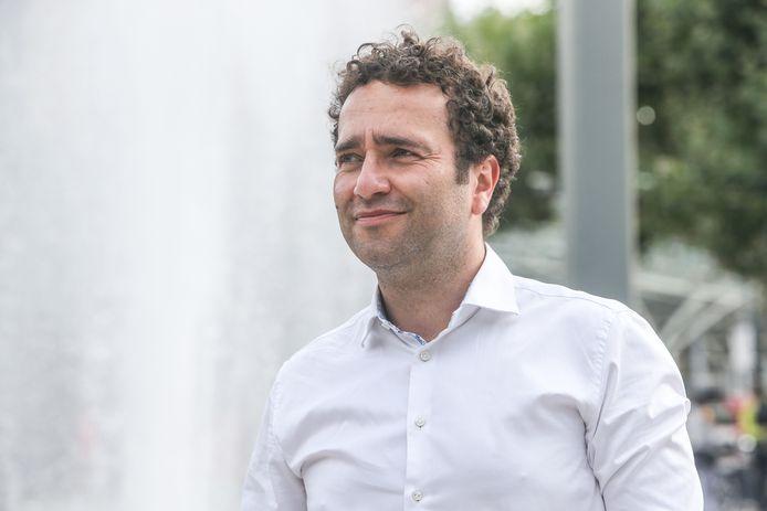 Boudewijn Catry is sinds 2007 in dienst bij Sciensano, waar hij sinds 2009 diensthoofd 'Zorginfecties en antibioticaresistentie' is. Ook is hij Interfederaal woordvoerder van het Crisiscentrum, waarvan hij sinds vorige week de persconferenties voorzit.