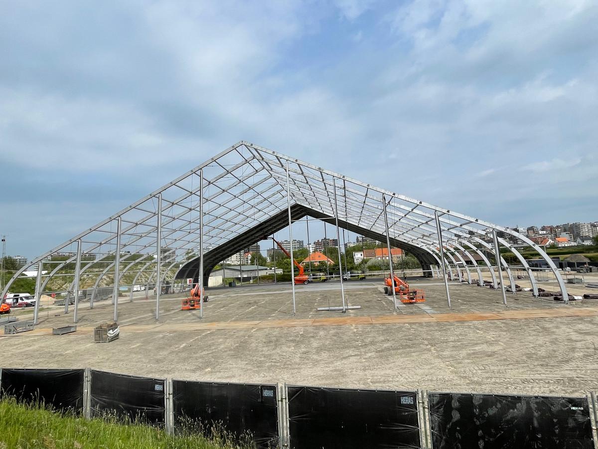 Het geraamte van de grote tent van de Proximus Pop-up Arena staat er intussen.