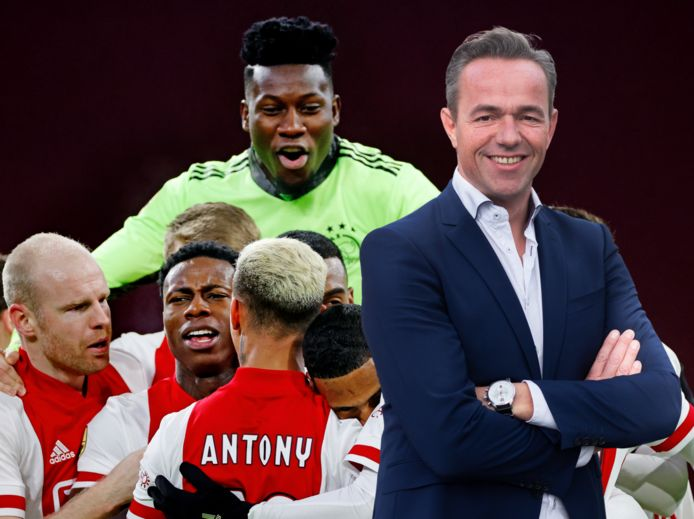 Columnist Dennis Captein, met op de achtergrond ter illustratie spelers van Ajax.