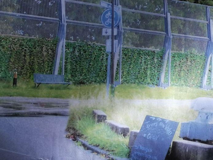 Een impressie van het nieuwe geluidscherm, zoals bewoners van Willemsdorp dat straks vanuit hun achtertuin zien.