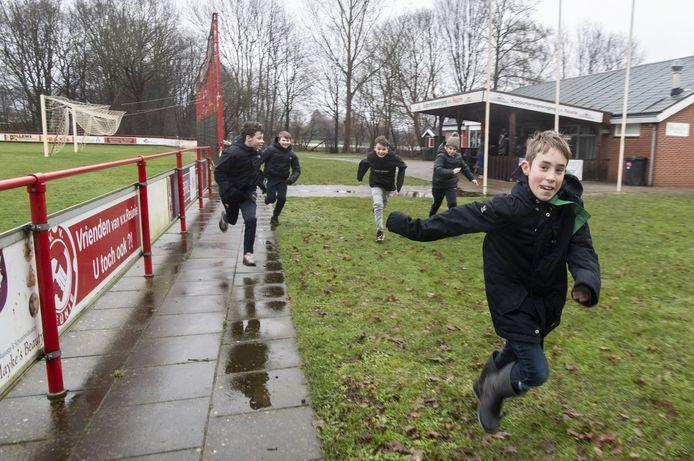 Het Sportcomplex van Reünie in Borculo was dinsdagmiddag het toneel van Jachtseizoen: Siebe (rechts) zette het op een rennen, achtervolgd door een groepje belagers.