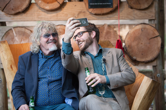 Burgemeester Sebastiaan van 't Erve maakte in 2015 een selfie met Bennie Jolink op het benkske. Ter ere van het 40-jarige jubileum van Normaal boodt de gemeente Lochem de band Normaal een bankje aan in het Openluchttheater in Lochem. Dit omdat de band hun succesvolle carrière veertig jaar geleden in het Openluchttheater in Lochem begon.