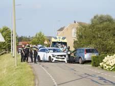 Auto's knallen frontaal op elkaar: 1 gewonde