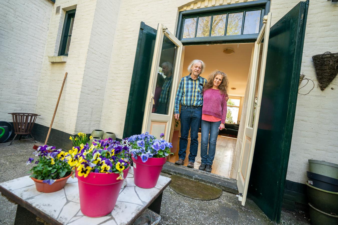 Liesbeth van der Valk en haar man in hun huis in Driebergen. ,,Dit huis vond ik geweldig, statig. Tegen mijn moeder zei ik: in dat huis wil ik later wonen.''
