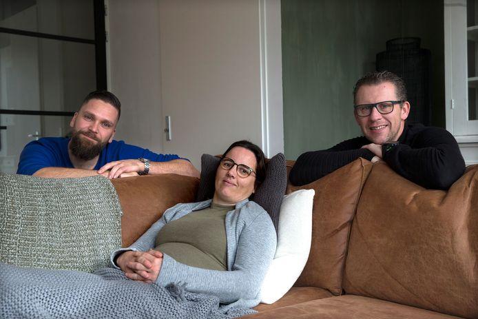 Simone Bent op de bank in haar woonkamer, met rechts haar vriend Dennis Nooteboom en links André Remmelink, initiatiefnemer van de hulpactie.