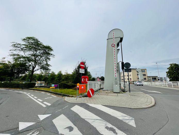 Aan de Zwarte Hoekbrug kan je niet meer naar rechts afslaan als je van de brug rijdt, maar de stad denkt erover na om toch weer verkeer toe te laten op dat stukje Pierre Corneliskaai tot aan Kaai 17.