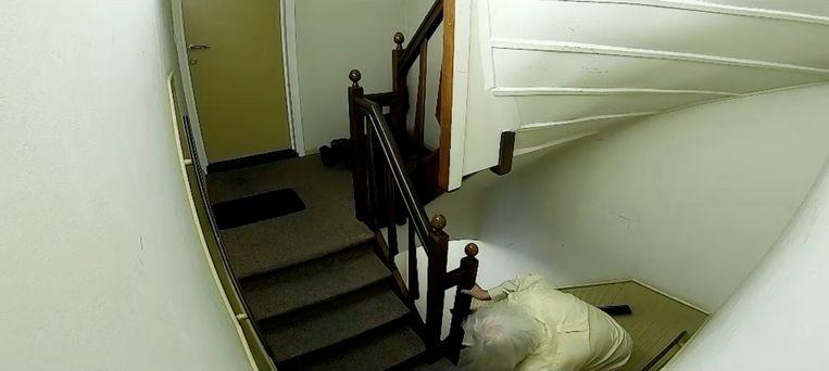 Jean-Pierre Van Rossem klimt op handen en voeten naar zijn appartement. De programmamakers brengen dat ruime een halve minuut in beeld. Beeld vier
