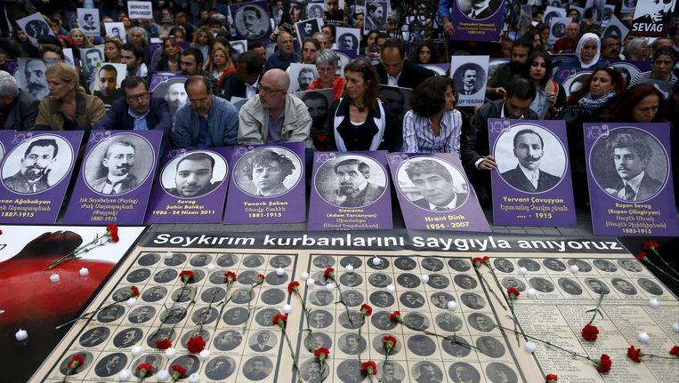 Activisten demonstreren met portretten van slachtoffers van de Armeense genocide. Beeld REUTERS