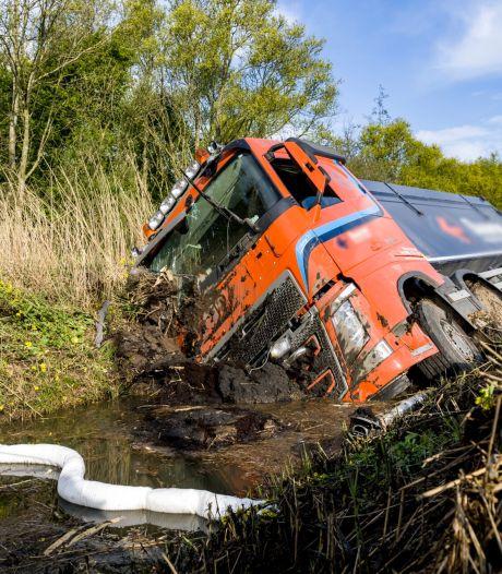 Vrachtwagen in de sloot naast A16 bij Moerdijk: verbindingsweg richting Breda uren afgesloten