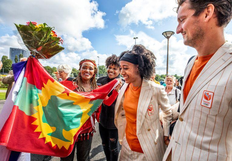 Sifan Hassan wordt dinsdag voor de huldiging in Den Haag verwelkomd door enkele fans. Beeld Raymond Rutting / de Volkskrant