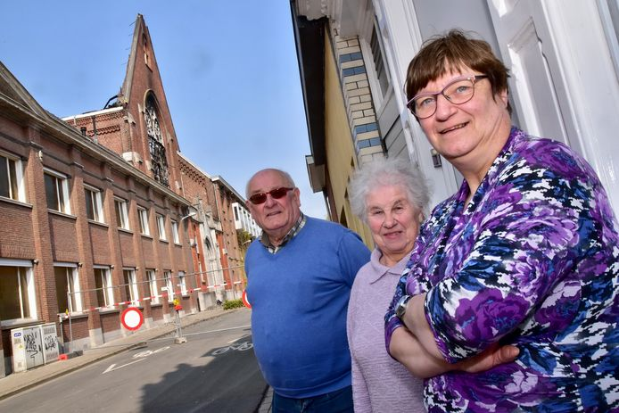 Georges Verelst (81) en zijn vrouw Francine Flou (78), hier samen met hun buurvrouw Martine Simoens (rechts) wonen al 55 jaar schuin tegenover de kapel van de Zusters van Liefde in de Mellestraat in Heule.