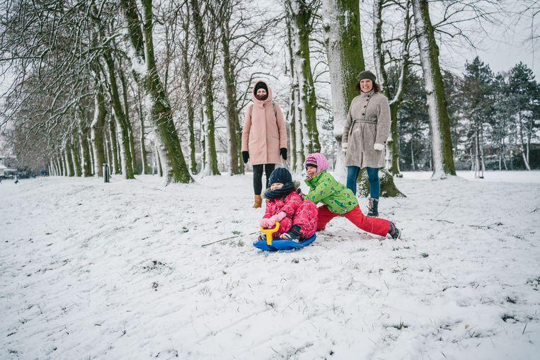Sneeuwpret in het Domein Claeys-Bouüaert in Mariakerke bij Gent. Beeld Wouter Van Vooren